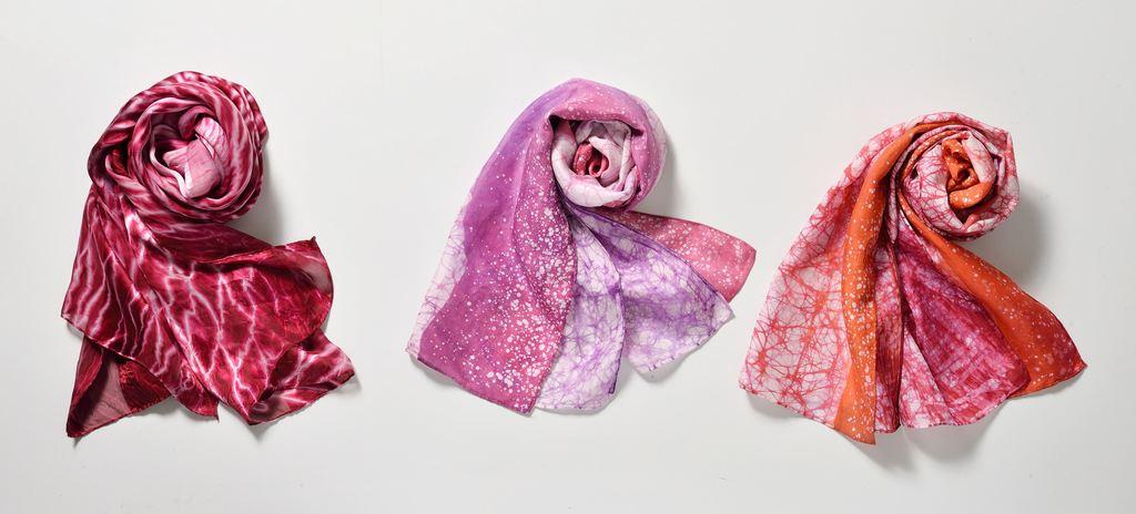 重複蠟染絲巾(圖中、圖右)