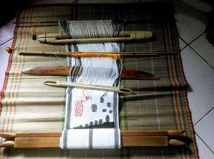 作品一:編織筆記 作品說明: 我的織具是由父親製作,作品上的織紋來自不同老人家傳統服裙片上的織紋,我藉由編織筆記這些織紋。